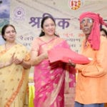 The President, Railway Women's Welfare Central Organisation (RWWCO), Smt. Rashmi Mital felicitating a Railway employee, at a special felicitation programme, in New Delhi on June 03, 2016.